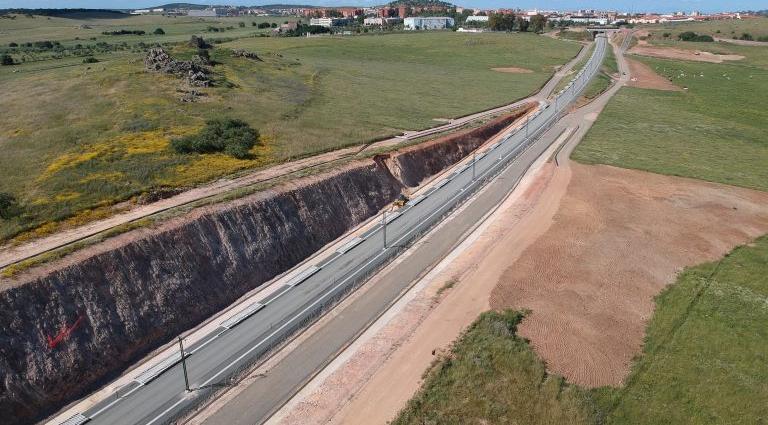 Finalización de los trabajos de la obra correspondientes al PROYECTO DE CONSTRUCCIÓN DE PLATAFORMA DE LA LINEA DE ALTA VELOCIDAD DE MADRID-EXTREMADURA. CÁCERES-MÉRIDA. TRAMO RAMAL DE CONEXIÓN AL SUR DE CÁCERES.